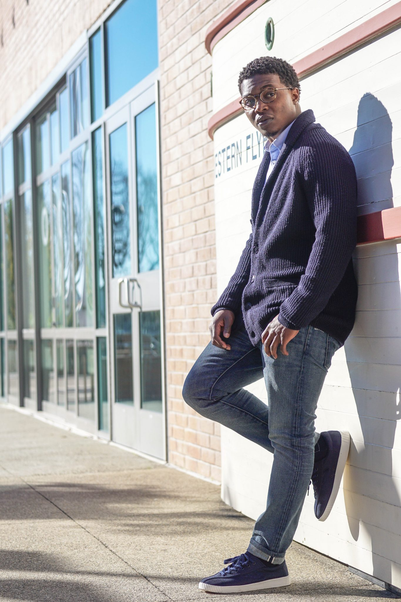 dapper-advisor-smart-casual-navy cardigan-blue-oxford-shirt-light-blue-denim-jeans-navy-nylite-tretorn-sneakers-grana-black-man-1