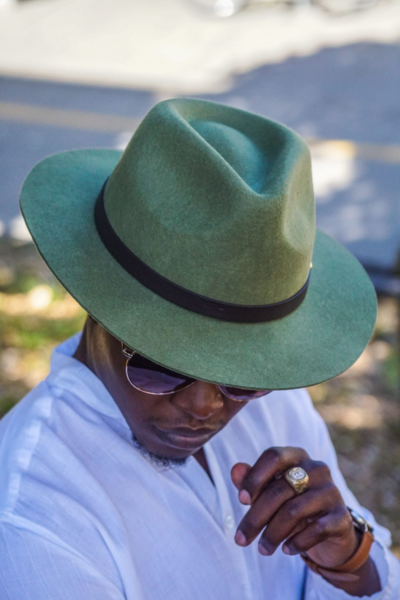 Black man wearing-linen-shirt-southern gents-fedora-hats-brown-suede-chelsea-boots-5