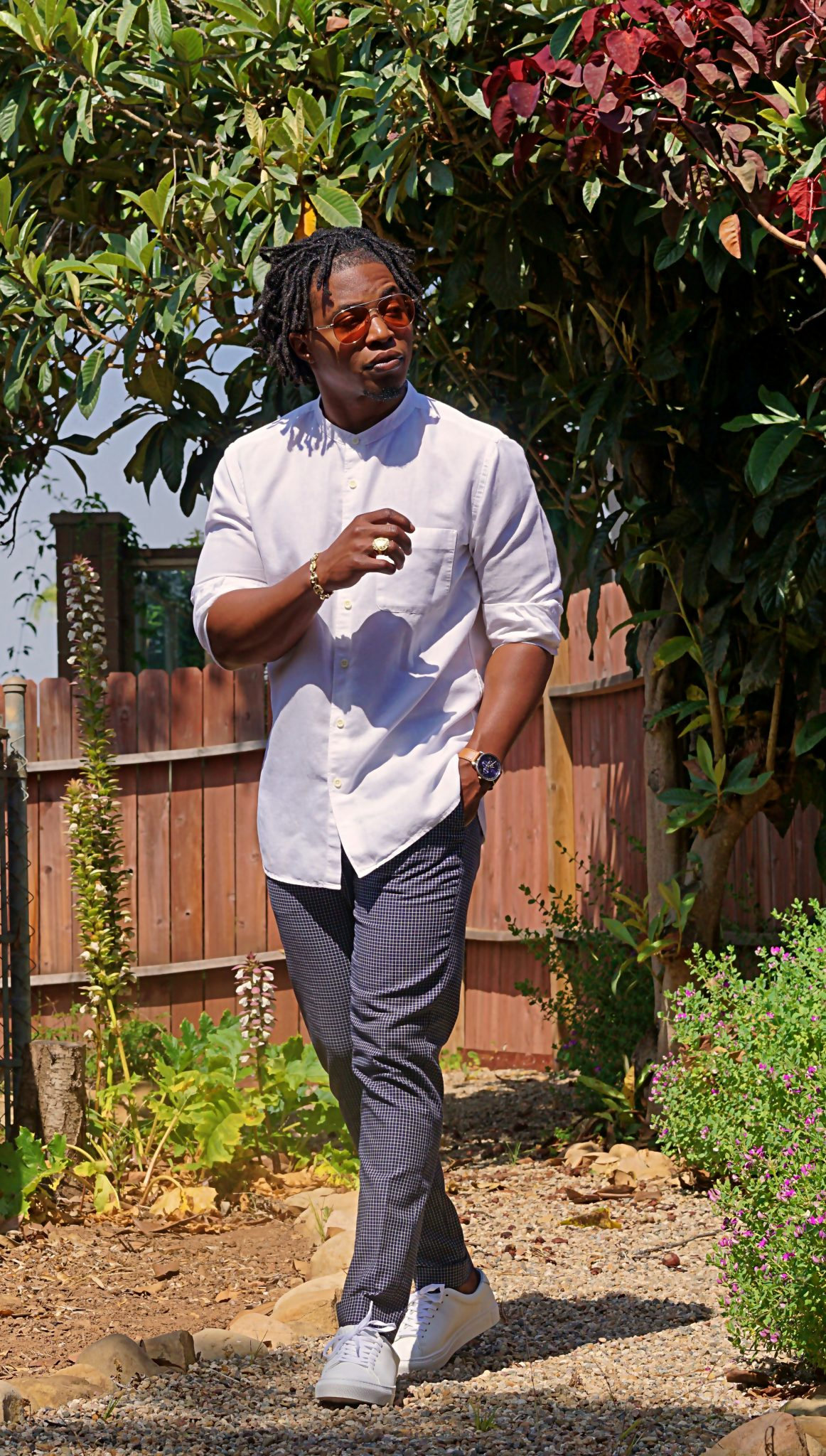 white-linen-band-collar-shirt-casual-summer-outfit-ideas-reid-low-top-white-leather-sneakers